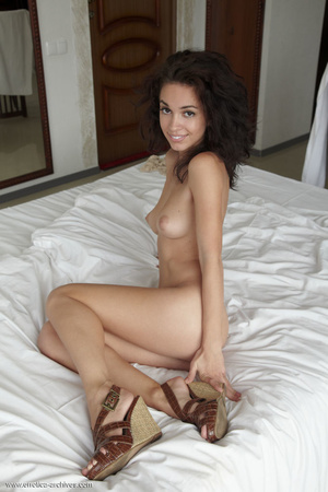 Busty tanned brunette with curly hair po - XXX Dessert - Picture 2