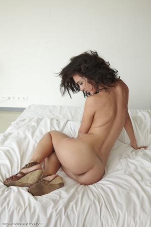 Busty tanned brunette with curly hair po - XXX Dessert - Picture 3