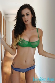 alluring babe pose her