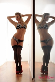 steaming hot chick seduces