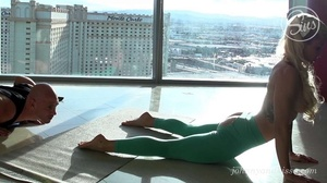 Hot ass damsel in ripped green yoga pant - XXX Dessert - Picture 3