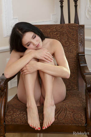 Smooth chick shows sex poses on vintage  - XXX Dessert - Picture 2
