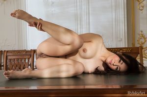 Young chick got on large table in vintag - XXX Dessert - Picture 9
