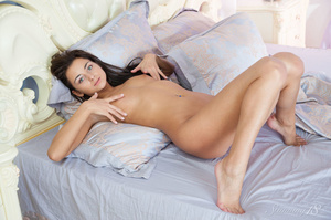 Dark haired woman reveales herself bare  - XXX Dessert - Picture 13