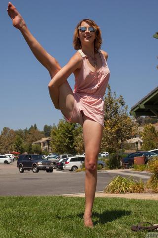 naked-bitches-doing-splits