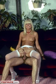 skinny blonde pose naked