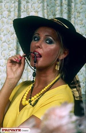 Smoking hot chick pose her alluring body - XXX Dessert - Picture 1