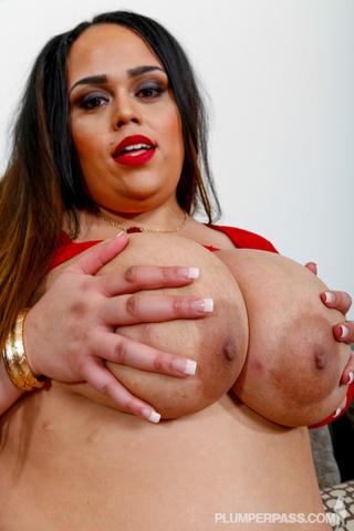 luscious size chick pose