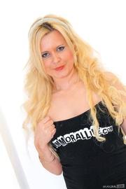 curly hair blondie black