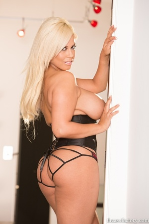 Glamorous blonde in a black corset and r - XXX Dessert - Picture 9