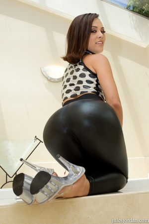 Bootylicious  brunette babe takes clothe - XXX Dessert - Picture 4