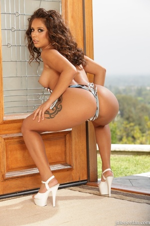 Tanned exotic babe gets an oil change fu - XXX Dessert - Picture 3