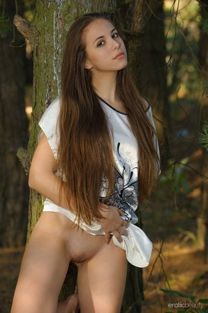 Curvacious long haired brunette with bac - XXX Dessert - Picture 1