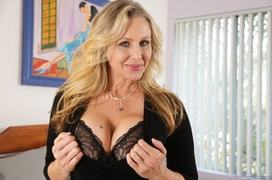 Blonde mom in nice outfit is happy to ex - XXX Dessert - Picture 2