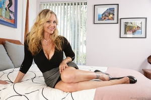 Blonde mom in nice outfit is happy to ex - XXX Dessert - Picture 3