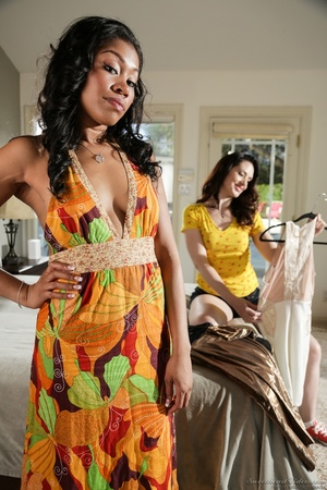 Ebony babe in floral dress helps white g - XXX Dessert - Picture 2