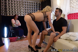 Curvy blonde seduces a guy in front of h - XXX Dessert - Picture 9