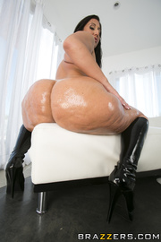 fishnets-wearing thick brunette gets