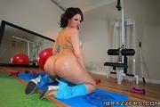 wavy-haired brunette gym goer
