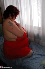 bbw slut poses red