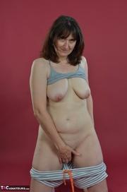 brunette milf pulls her