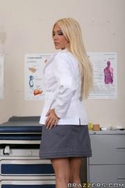 allluring rubias médico with
