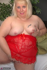 chubby blonde expose her