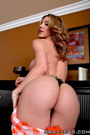 Sexy housewife gets horny and fucks the  - XXX Dessert - Picture 4