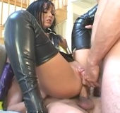 Pierced coochie bimbo in high leather boots sucking and fucking two guys