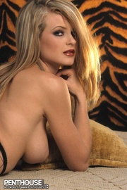 alluring babe expose shows
