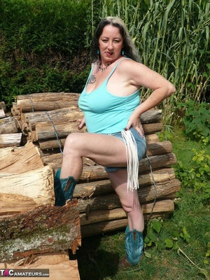 Chubby babe with big naturals took of jeans shorts and peeing outdoors - XXXonXXX - Pic 2