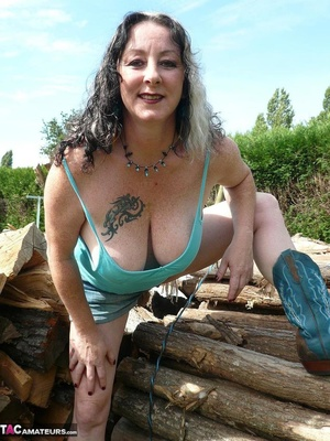 Chubby babe with big naturals took of jeans shorts and peeing outdoors - XXXonXXX - Pic 3