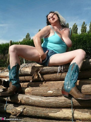 Chubby babe with big naturals took of jeans shorts and peeing outdoors - XXXonXXX - Pic 8