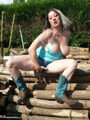 Chubby babe with big naturals took of jeans shorts and peeing outdoors - XXXonXXX - Pic 9