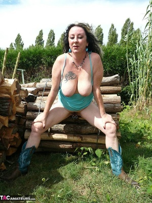 Chubby babe with big naturals took of jeans shorts and peeing outdoors - XXXonXXX - Pic 19
