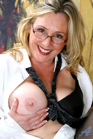 Nerdy blonde mature slides her undies to - XXX Dessert - Picture 5