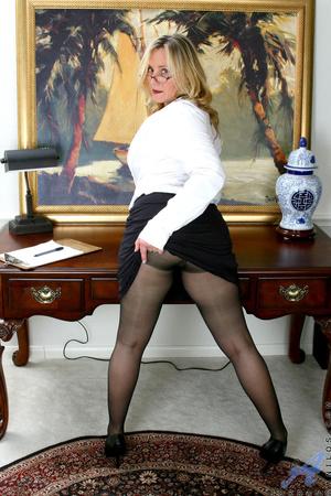 Nerdy blonde mature slides her undies to - XXX Dessert - Picture 6