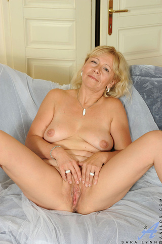 busty mature kinky plays